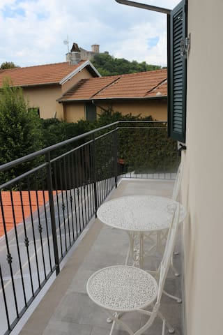 Private room with garden views in central Angera