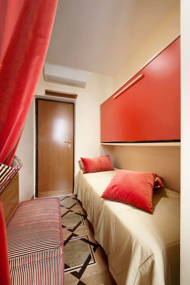 Room with single bed / bunk bed