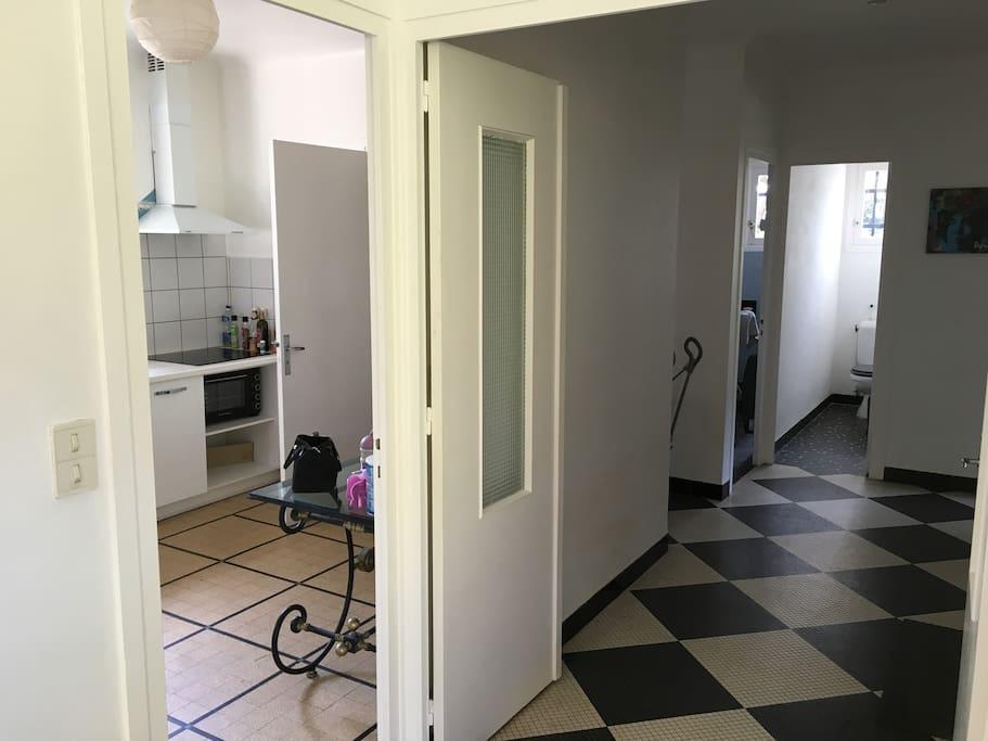 depuis le salon - accès vers cuisine et couloir