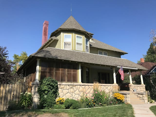 Large home - walking distance to Historic Downtown