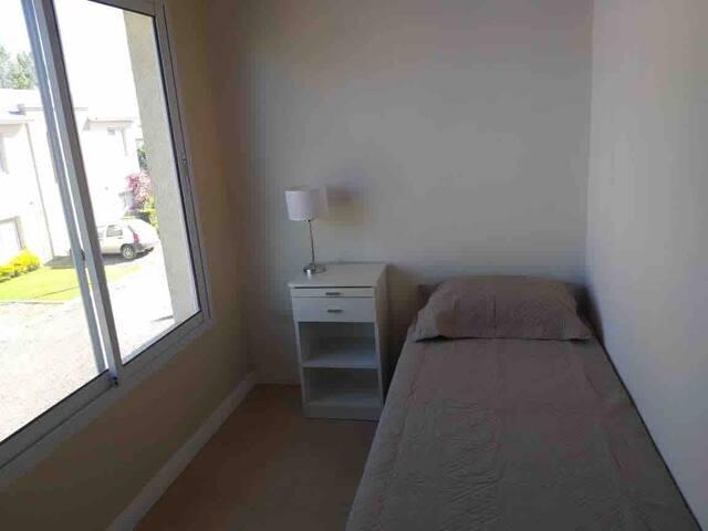 Segunda habitación con una cama individual