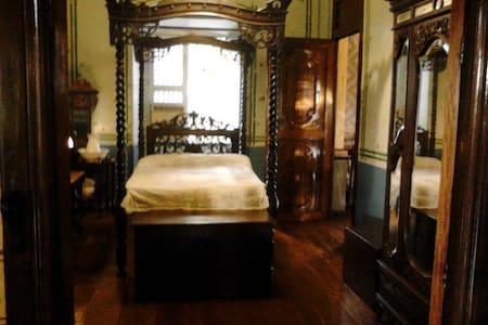 La Pequeña/Small Room, Taal Heritage