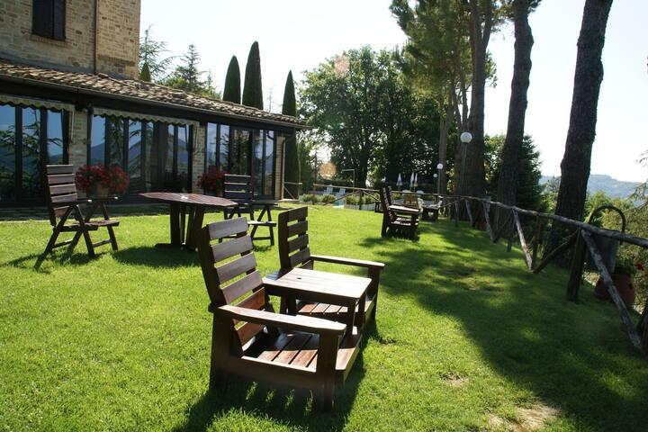 Casa vacanze vista monti a Montelparo con piscina
