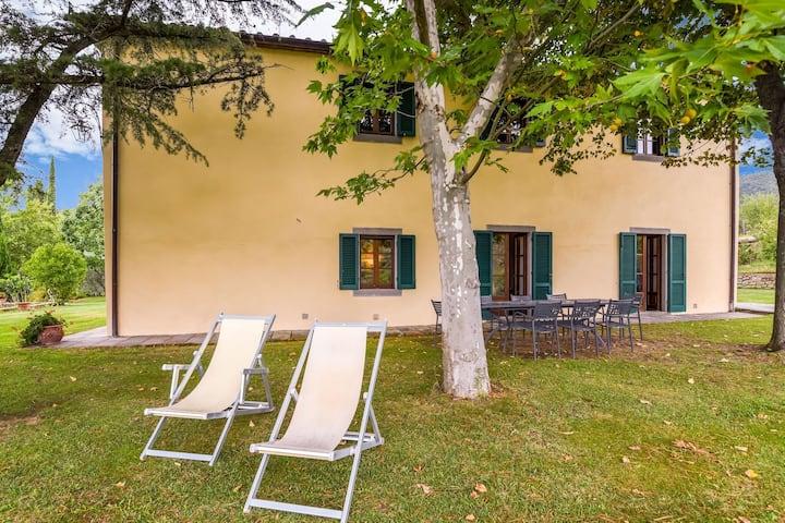 Villa with private pool, 3 km from Cortona, 3 apartments