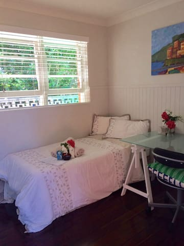 Single room in quiet Manly self contained house - Balgowlah Heights - House