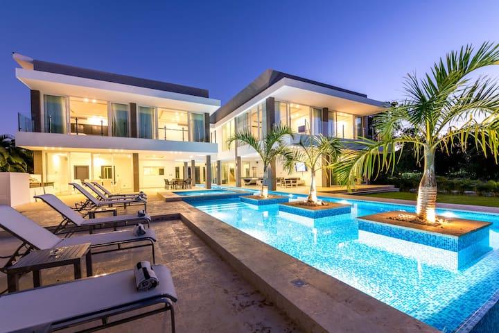 Villa Palma - ULTRA MODERN VILLA WITH CHEF & MAID