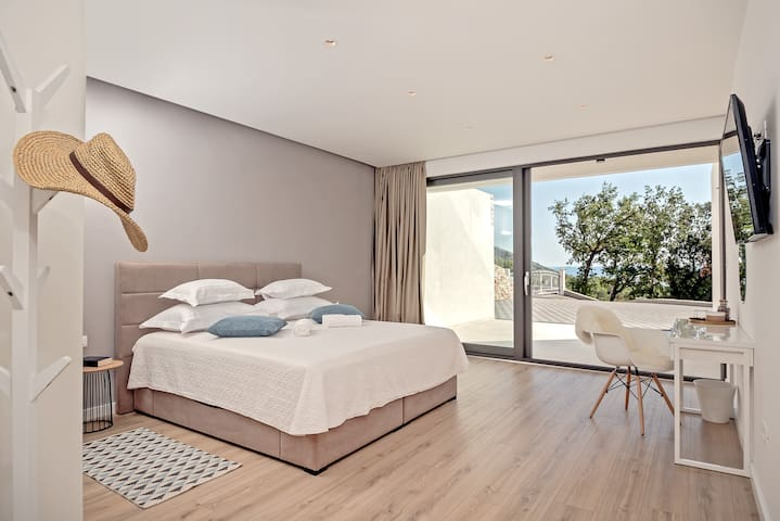 Villa Bellevue Bast - Bedroom lower ground floor - spacious bedroom with privacy, ensuite bathroom & own terrace for our guests who want to be separeted from the group
