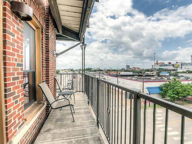 Breathtaking Balcony City Views near GRB- 3 beds