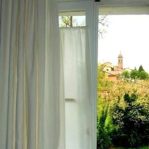 Vista giardino e panorama del borgo di Schieti dalla camera matrimoniale