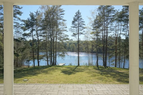 Landvilla ved badesø i idyllisk natur