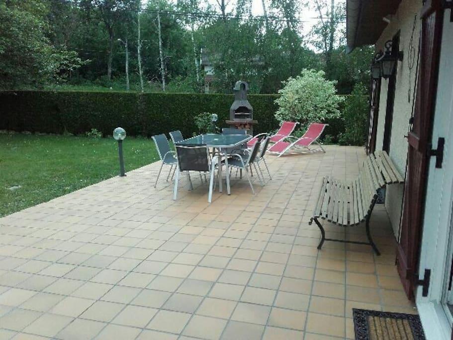 Grande terrasse avec barbecue et le bois vous sera fourni