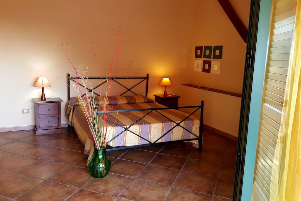 camera da letto con tetto in legno