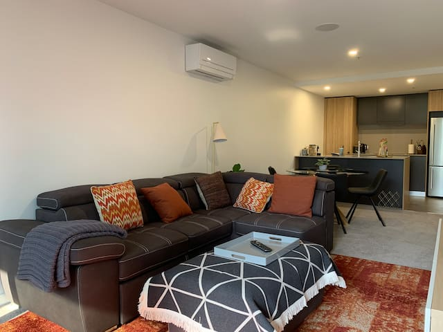 Classic, Stylish & Modern - 2 Bed 2 bath - Braddon