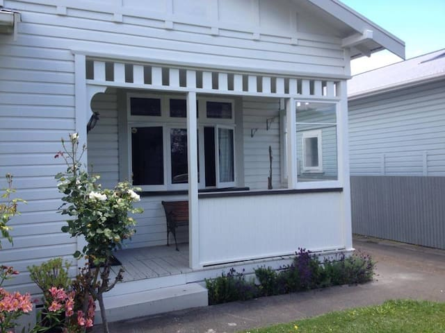 2 bdrm Character Home Close To Town with own bthrm - Napier - House