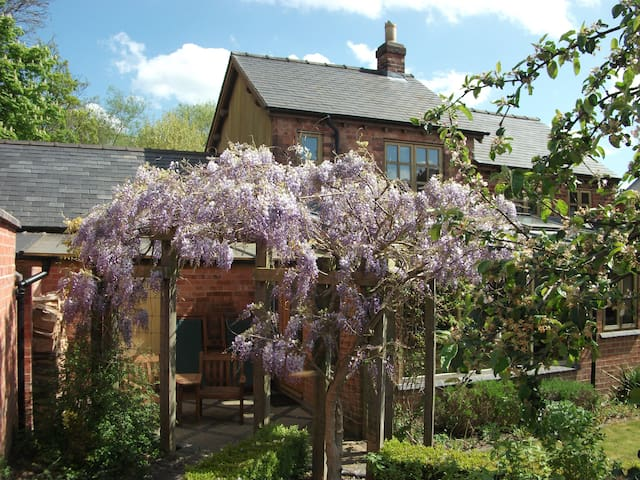 Cosy Cottage with beautiful views in Tutbury