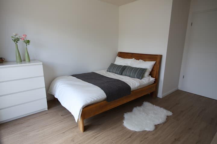 Modernes schönes Zimmer im Süden von München