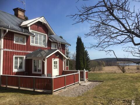 Eget rustikt hus med stor trädgård och sjöutsikt
