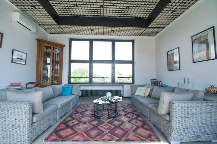 Salotto con vista mare e vista pineta - living room with sea view and pine forest view