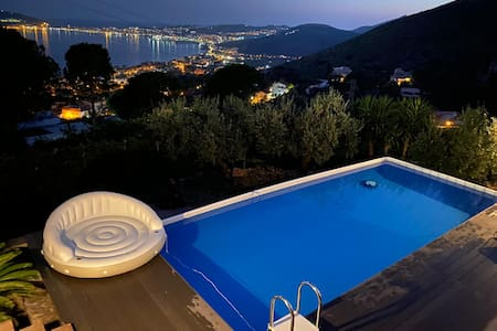 Il Casale, elegant villa with pool and great view.