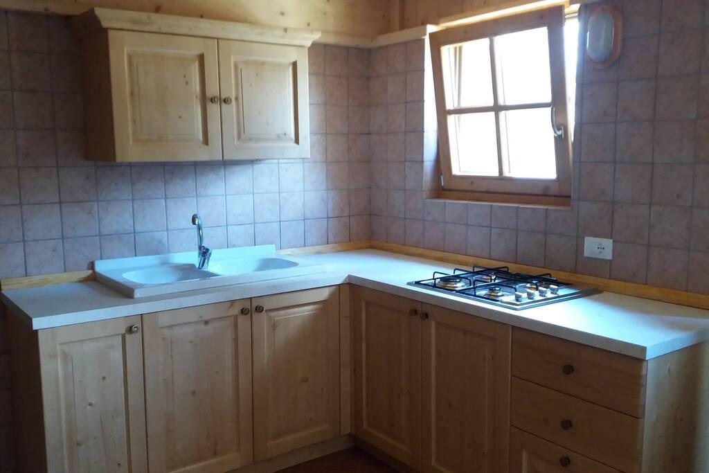 cucina a gas completa di padelle e stoviglie per tutta la casa