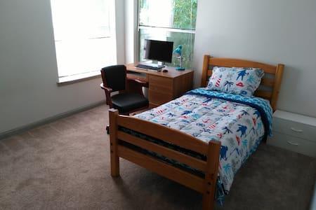Laptop friendly Private room with new carpet - Alpharetta - Apartamento