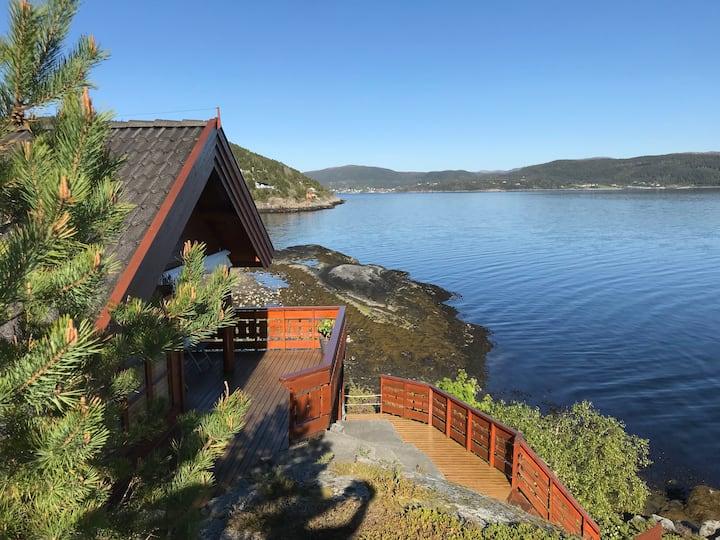 Feriehus ved fjorden i Stallvika