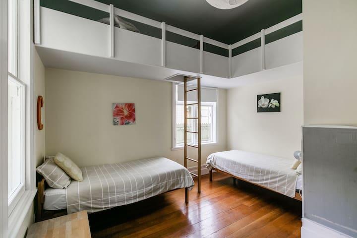 Front Bedroom (West)