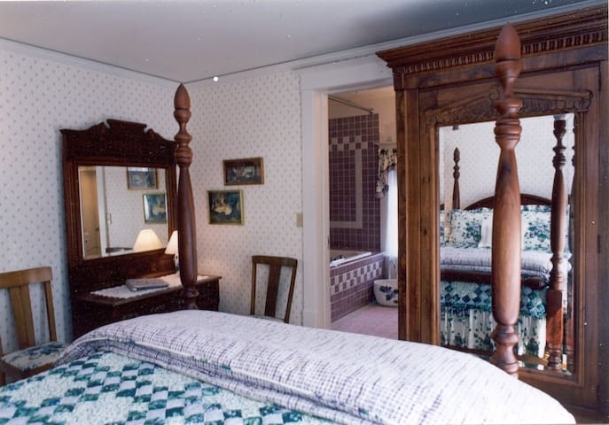 Room 3: English Lavender (Main House) - White Lace Inn