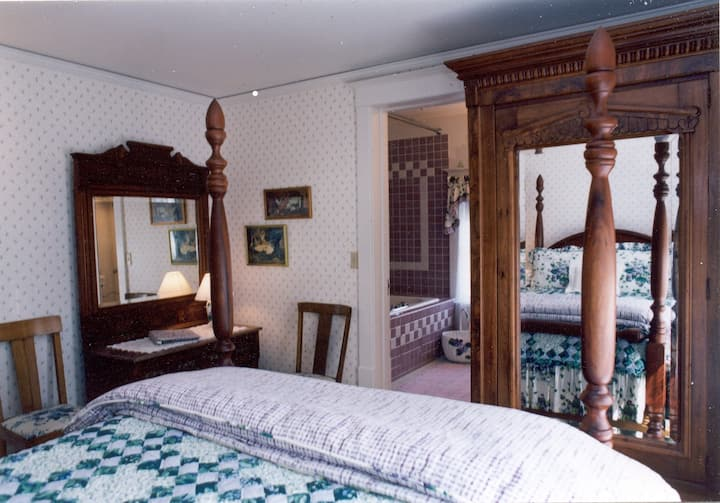Room 3: English Lavender (Main House) - White Lace Inn