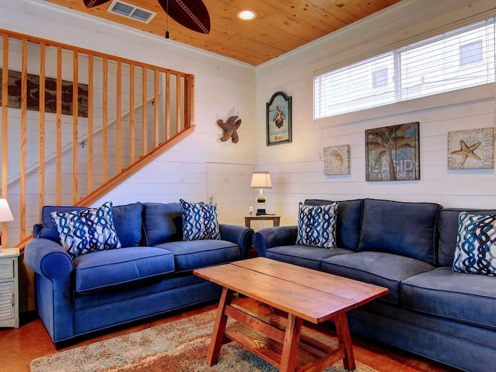 Blue Turtle Cottage- 1/2 mile to the beach!