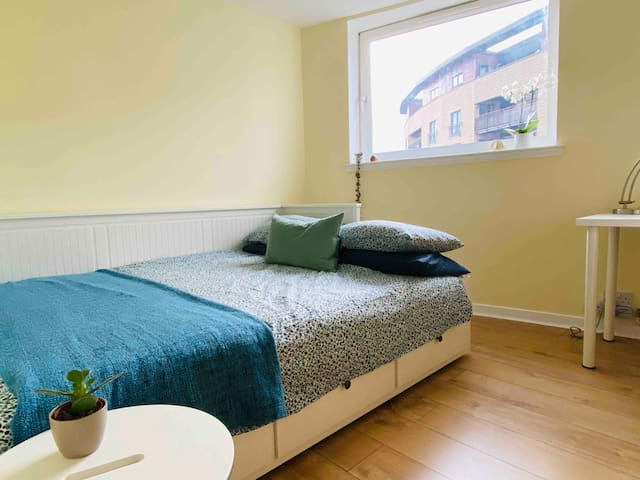 Bright and Cosy Bedroom with Private Bathroon