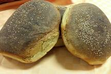 Il tipico pane nero con farina di tumminia: è una particolarità che si trova in tutti i panifici locali.