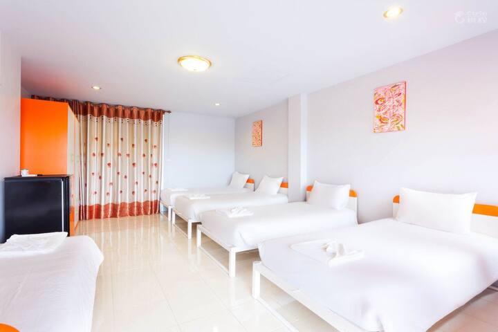 Chalong Pier 6 single beds Room 普吉岛查龙湾拉威六床组团大屋