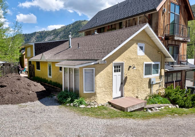 Funky Minturn renovated historic 2bedrm 1bath home