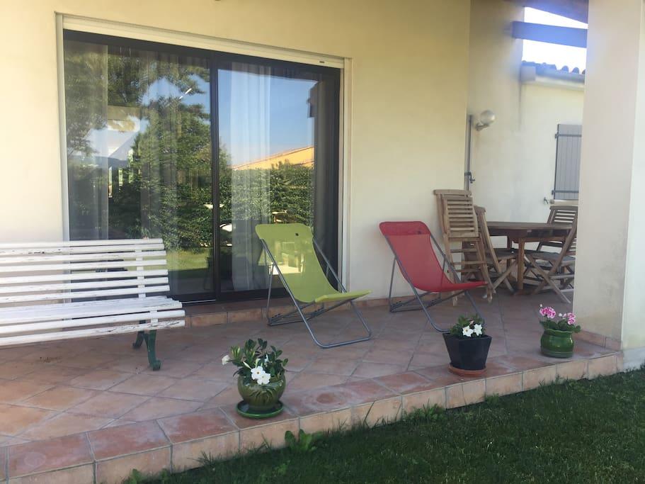 Terrasse sur laquelle vous pourrez  prendre votre petit déjeuner