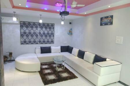Cohomestay Deluxe Villa Surat (1 AC Room)