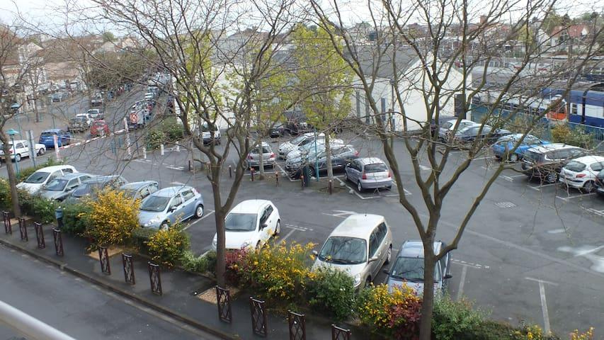 Stationnement ZONE BLANCHE réglementé gratuit à durée limité par 1/2 journée, avec disque. Parking payant de 9h à 19h sauf dimanche et jours fériés, 0,30 € les 20 mn 0,50 les 40mn maximum 2h