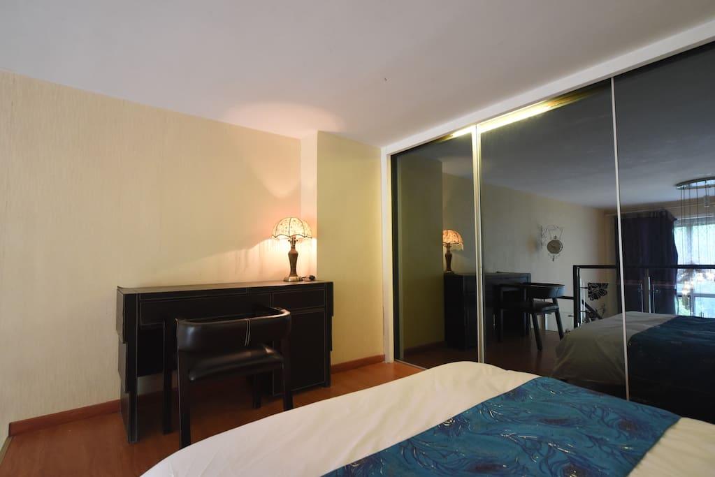 楼上卧室:书桌、椅子、台灯