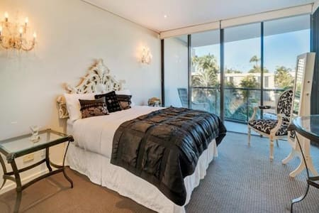 Private suite / queen bed / own bathroom / tv/wifi - Surfers Paradise - Apartment