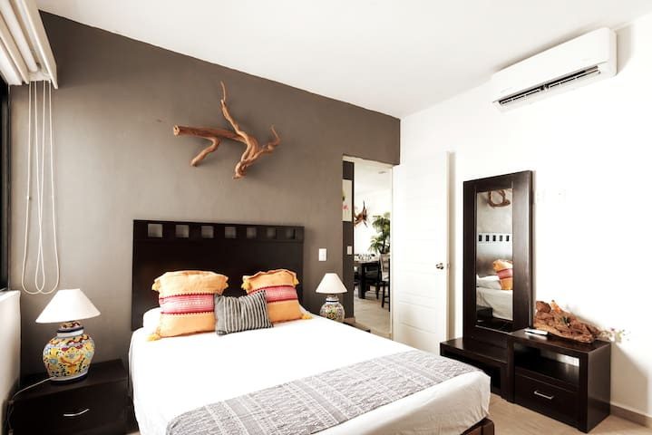 Second bedroom with full size bed, AC, closet and exquisite decor.  Segunda recámara con cama matrimonial, AC y divina decoración.