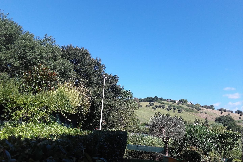 La Mimosa Parco del Conero , a 10 minuti dalla Riviera , ampio giardino privato. Ammessi animali
