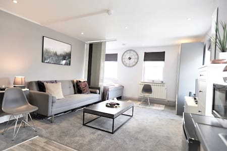 STAYCATION! Lovely Private Apartment Hampton Court
