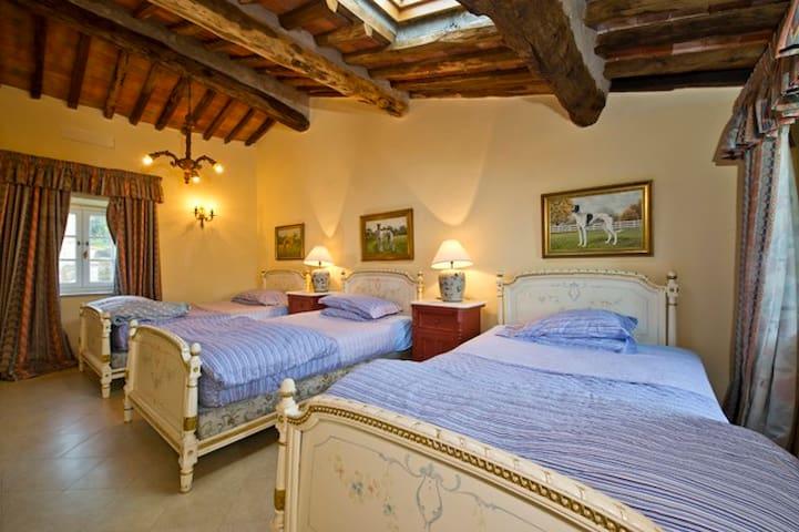 Hugo  - Room in a Farmhouse in Tuscan Villa