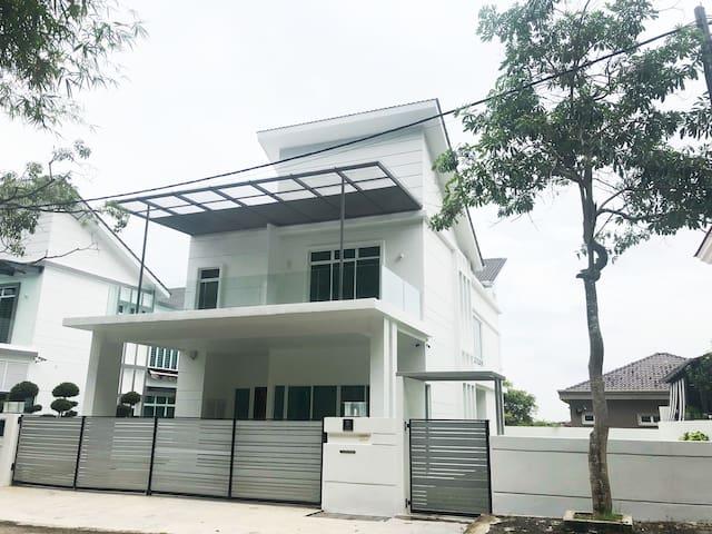 Luxury Bangalow Bukit Mertajam  大山脚豪华别墅 (5000sqft)
