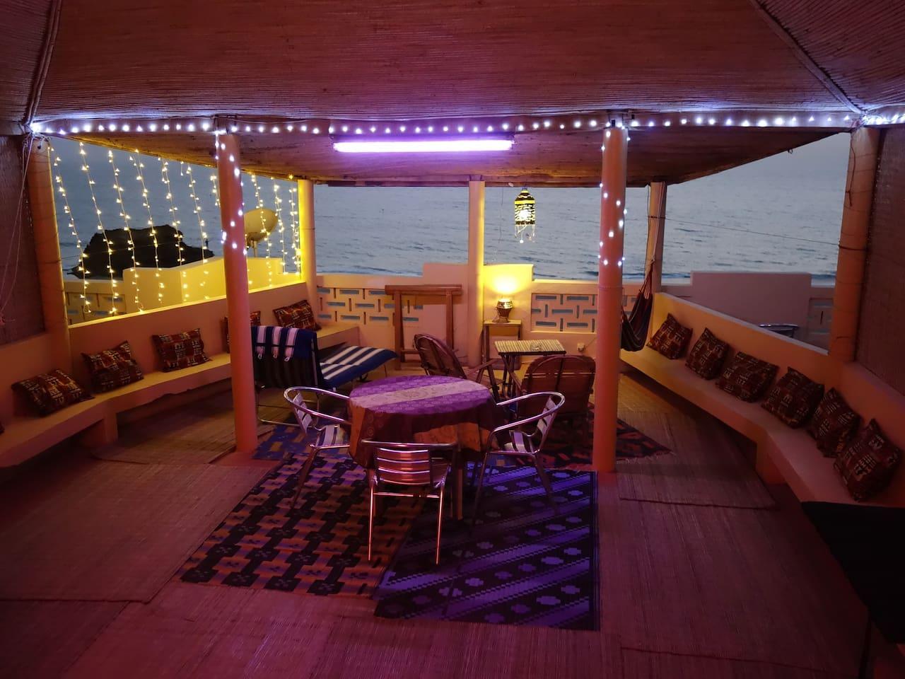 Le K' pitaine est un carbet en matériaux naturels en forme de bateau semi ouvert et au dessus de l'océan. On peut y dormir en hamacs, en lit de camps ou sur un grand lit double. C'est un espace partagé qui donne le goût des voyages et de la liberté.