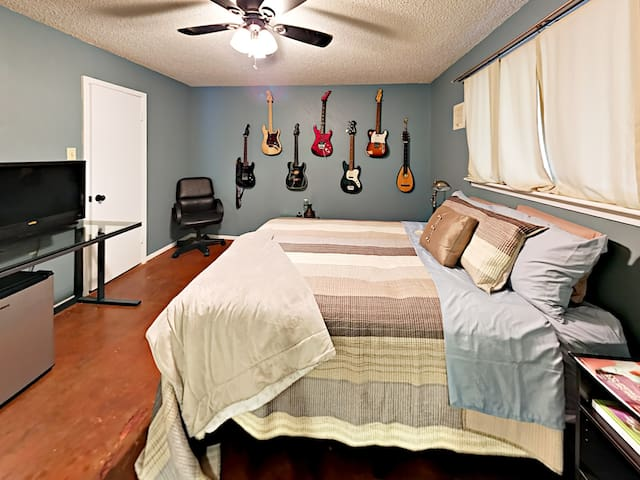 Fort Worth Hidden Gem - Sleeps 5!