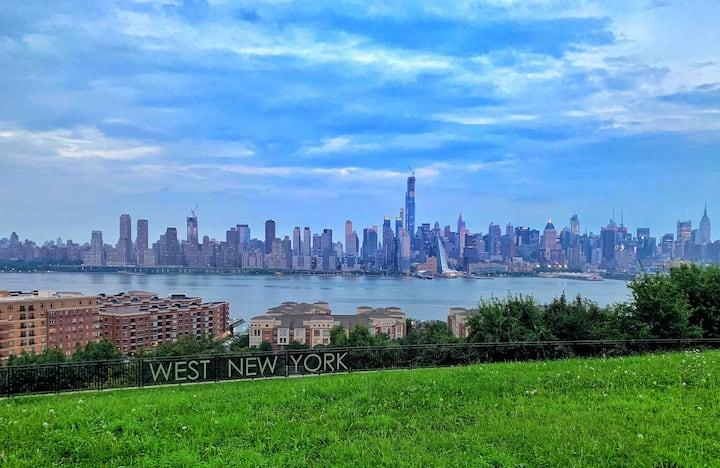 20 mins. to Manhattan | Bedroom w\ Nature Light
