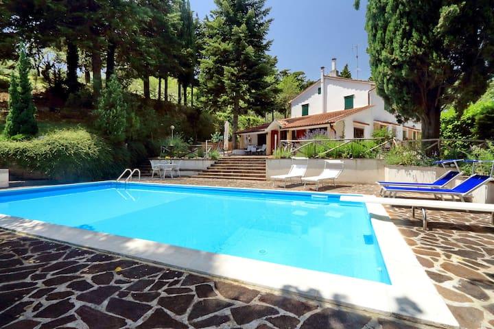 Villa indipendente con piscina. - San Severino Marche