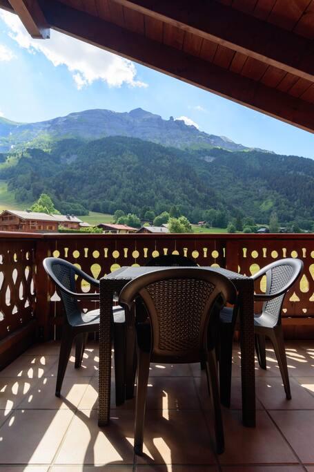 Terrasse exposée Ouest avec vue dégagée sur le Mont Joly