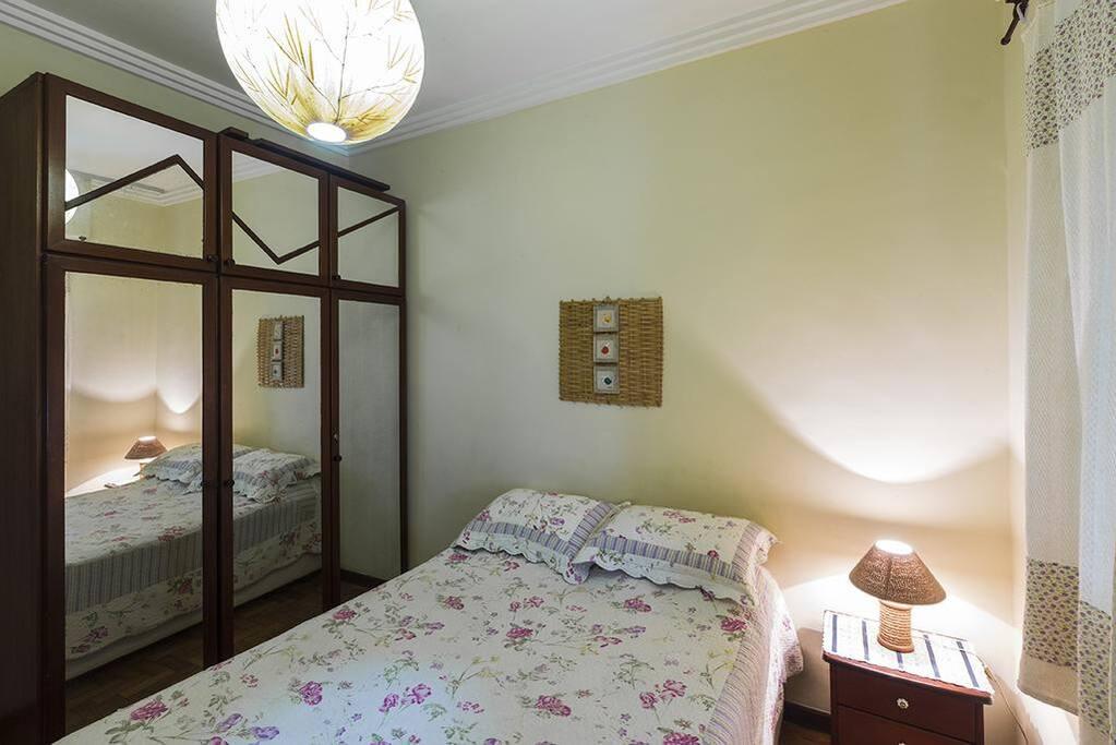 Quarto cama casal e armário (foto 02)